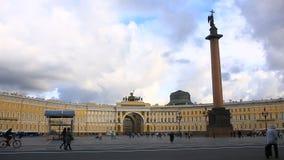 Rusland, St. Petersburg, 06 02 2017 Tijdoverlappingen Paleisvierkant en Alexander Column, heel wat mensen in het vierkant stock footage