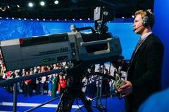 Rusland, stad Moskou - December 18, 2017: Een professionele cameraman schiet een menigte van mensen op de studiocamera hoog royalty-vrije stock afbeelding