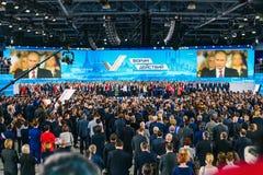 Rusland, stad Moskou - December 18, 2017: Toespraak door de Voorzitter van de Russische Federatie op het forum Een menigte van royalty-vrije stock foto's