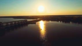 Rusland, Uglich, rivier Volga, hydro elektrische post (Luchthommelvluchten) stock videobeelden