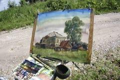 Rusland - Usolye op 16 Juli: het schilderen van schildersezel borstelt verfkleurpotloden Stock Foto