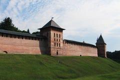 Rusland, Veliky Novgorod, de muren van het oude Kremlin stock fotografie