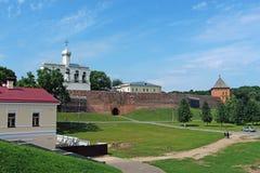 Rusland, Veliky Novgorod, de muren van het oude Kremlin royalty-vrije stock fotografie