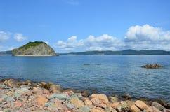 Rusland, Vladivostok, Amur-Baai, de mening voor het eiland Malyy van het Eiland Klykov de vroege herfst stock foto