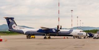 Rusland, Vladivostok, 05/26/2017 Bombardier Q400 NextGen van het passagiersvliegtuig van Dageraadbedrijf op vliegveld stock foto