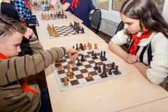 Rusland, Vladivostok, 12/01/2018 Het schaak van het jonge geitjesspel tijdens de schaakconcurrentie in schaakclub Onderwijs, scha royalty-vrije stock afbeelding