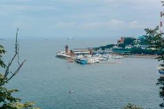 Rusland, Vladivostok-stad, 18 Augustus, 2015, overzees, kust, stad royalty-vrije stock fotografie