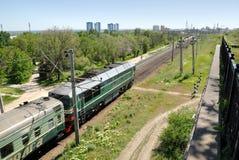 Rusland. Volgograd. Een diesel locomotief op sporen. Stock Afbeelding