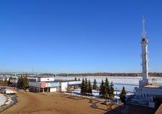 Rusland, 27 yaroslavl-Maart 2016 de bouw van rivierpost in de winter Royalty-vrije Stock Afbeeldingen