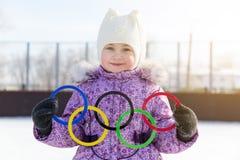 Rusland, Yasny-stad, het gebied van Orenburg, schoolijsbaan, 12-10 Olympische ringen in de handen van een mooi meisje Royalty-vrije Stock Fotografie