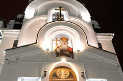 19 11 2013 Rusland, YUGRA, khanty-Mansiysk, de kerkgemeenschap van heiligen Cyril en Methodius op het fronton van de kapel van de Stock Foto