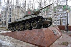 5 04 2012 Rusland, YUGRA, khanty-Mansiysk, khanty-Mansiysk, Tank t-34 op het voetstuk in het `-geheugenpark wordt geïnstalleerd ` Royalty-vrije Stock Afbeeldingen