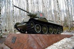5 04 2012 Rusland, YUGRA, khanty-Mansiysk, khanty-Mansiysk, Tank t-34 op het voetstuk in het `-geheugenpark wordt geïnstalleerd ` Royalty-vrije Stock Afbeelding
