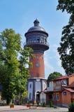 Rusland, Zelenogradsk, Kaliningrad-gebied 10 Augustus, 2017 oude watertoren, die van rode baksteen, met een dak van donker metaal stock afbeeldingen