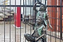 RUSLAND, ZELENOGRADSK - 11 OKTOBER, 2014: Beeldhouwwerk van een jongen en een meisje Stock Fotografie