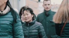 Rusningstid i stadsgata, massor av asiat och gå för caucasiangångarefolk stock video