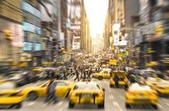 Rusningstid med gula taxitaxiar i Manhattan New York City Arkivbilder