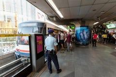 Rusningstid på det offentliga drevet Siam Station för BTS i Bangkok Arkivbild