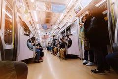 Rusningstider i drev för Tokyo tunnelbanagångtunnel royaltyfri bild