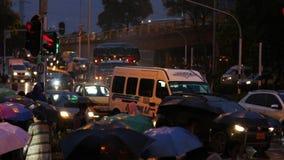 Rusningstidstadstrafik och gångare med paraplyer under regn i Medellin Colombia stock video