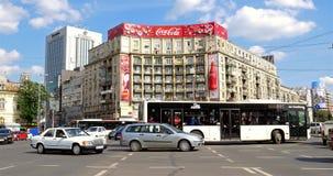 Rusningstidtrafik i i stadens centrum Roman Square (Piata Romana) av den Bucharest staden stock video