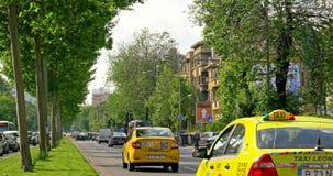 Rusningstidtrafik i i stadens centrum Roman Square (Piata Romana) av den Bucharest staden arkivfilmer
