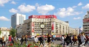 Rusningstidtrafik i i stadens centrum Roman Square (Piata Romana) av den Bucharest staden lager videofilmer