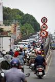 Rusningstidtrafik med massor av mopeds på vägen royaltyfri fotografi