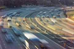 Rusningstidtrafik på den Hollywood motorvägen i Los Angeles, CA Arkivfoto