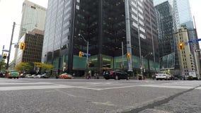Rusningstidtrafik på en föreningspunkt i Toronto, Kanada stock video