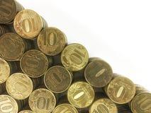 Ruso diez monedas de la rublo en el fondo blanco imagen de archivo