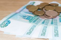Ruso 1000 rublos con las monedas Imagen de archivo libre de regalías