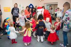 Ruso santa Klaus y niños Fotografía de archivo libre de regalías
