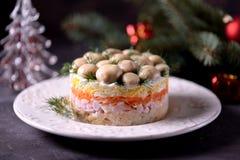 ` Ruso tradicional del claro de la seta del ` de la ensalada del ` s del Año Nuevo de las patatas hervidas, zanahorias, huevos, c Imagenes de archivo