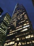 Ruspa spianatrice del cielo di New York alla notte fotografia stock