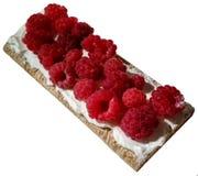 Ruspberries em um pieace do p?o fri?vel com creme foto de stock