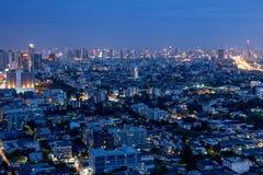 Ruspe spianatrici della città di Bangkok con alta costruzione alla notte Immagine Stock Libera da Diritti