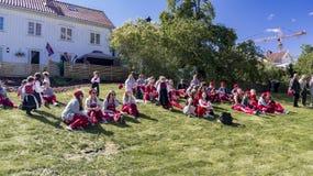 russ服装休息的挪威少年 免版税库存图片