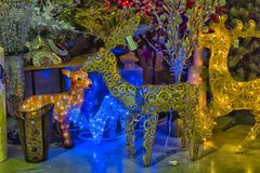Russ New Year-Rotwild am Verkauf von Weihnachtsdekorationen auf dem m Stockbild