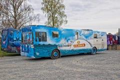 Russ Russebuss w mieście Halden lub autobus, Norwegia - Aqua temat zdjęcia royalty free
