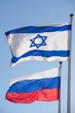 Russain Israel señala junto el símbolo por medio de una bandera de la amistad del countr dos Foto de archivo