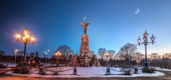 Russalka (sjöjungfru) minnes- dag-till-natt komposit estonia tallinn Arkivbild