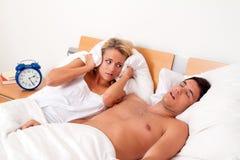 Russando durante il sonno è forte e sgradevole Immagine Stock Libera da Diritti