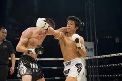 Russe contre le boxeur thaï coréen à Bangkok Images libres de droits