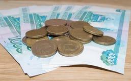 Russe 1000 roubles avec des pièces de monnaie Images stock