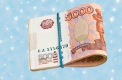 Russe 5000 roubles de billet de banque sur un fond bleu Photographie stock