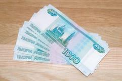 Russe 1000 Rubel mit Münzen Stockbilder