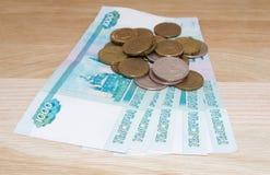 Russe 1000 Rubel mit Münzen Lizenzfreie Stockbilder