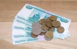 Russe 1000 Rubel mit Münzen Stockbild