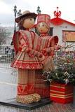 Russe Shrovetide-Statuen des Mannes und der Frau im traditionellen bunten Kleid als Kunstgegenstand an russischem nationalem Fest Stockfoto